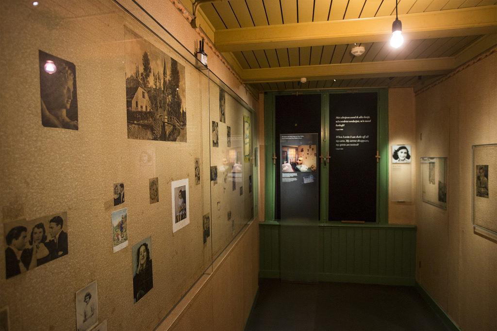 una foto dell'interno della casa di anna frank